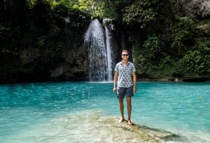 Person vor Kawasan Falls auf der Insel Cebu