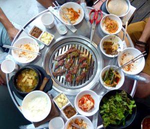 Südkorea Barbecue Essen mit vollem Tisch