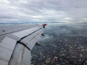 Blick von Flugzeug auf Stadt