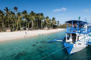 Insel mit Strand und Boot davor
