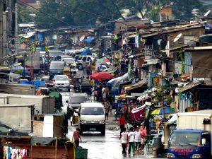 Gefährliche Region von Manila mit belebter Straße