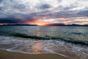 Sonne an Küste mit Blick auf Meer