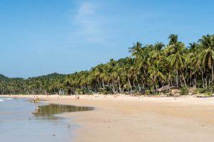 Nacpan Strand mit Sand und Palmen