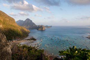 Panorama mit Felsen und Küste