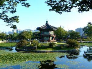 See mit Tempel in der Mitte