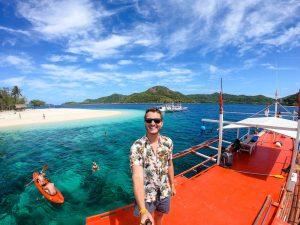Selfie auf Boot vor Insel