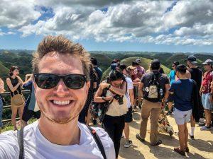 Selfie mit Touristen im Hintergrund