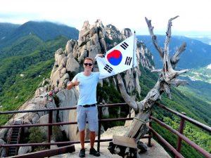 Person mit Korea Flagge auf Berg im Seoraksan Nationalpark auf der Südkorea Reise