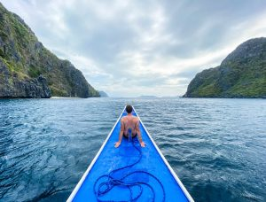 Person auf Boot im Meer