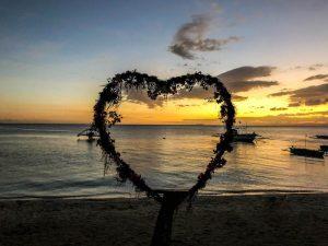 Herz Silhouette vor dem Meer zum Sonnenuntergang