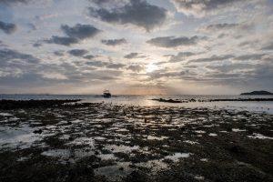 Blick auf Meer bei Sonnenaufgang