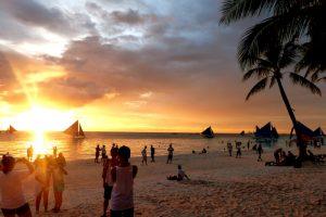 Strand zum Sonnenuntergang am Reiseziel Boracay