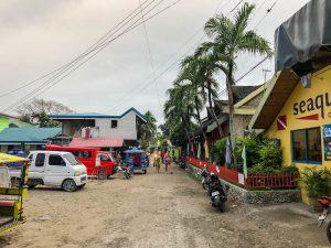 Eine Straße im Ort Moalboal Cebu