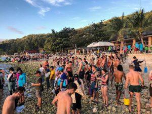Strand voller Menschen