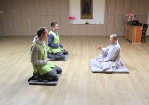 Personen knien auf Boden in Tempel bei der Südkorea Reise