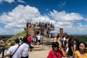 Aussichtsplattform mit vielen Menschen