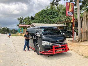 Van auf Straße in Palawan
