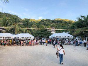 Menschen warten an Strand
