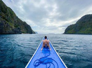 Person auf Boot im Wasser