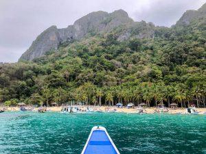 Bootsfahrt an Strand