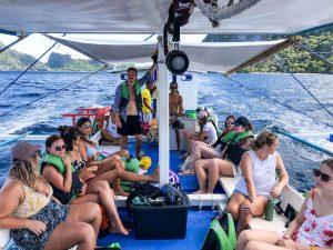 Personen in Boot beim Inselhoppinh