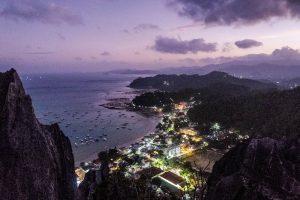 Blick auf El Nido bei Nacht