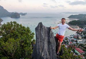 Person auf Felsen mit Meer im Hintergrund