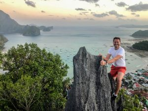Person auf Taraw Felsen in El Nido Palawan