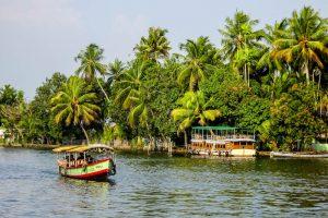 Fluss mit Booten