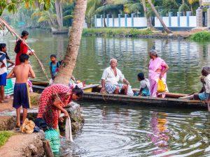 Locals an Flussufer