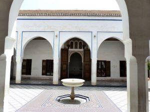 Weißer Innenhof in Marrakesch