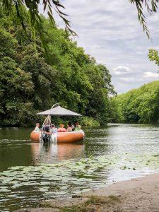 Ringförmiges Boot auf dem Fluss