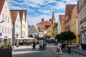 Straße und Häuser mit Menschen in der Innenstadt von Ellwangen