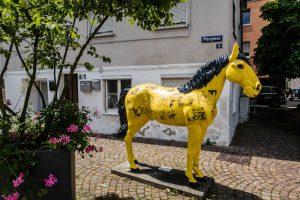 Gelbe Statue von Pferd