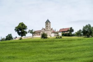 Blick auf Jakobskirche auf grünem Berg
