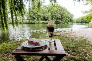 Kaffee und Kuchen auf Tisch am Neckar