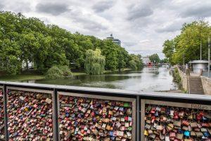 Viele Schlösser an der Brücke mit Blick auf den Neckar