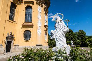 Statue vor Kirche auf dem Schönenberg