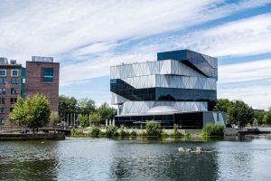 Blick auf das Experimenta Gebäude vor dem Neckar