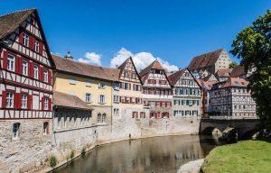 Alte Häuser an Fluss