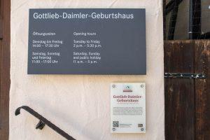 Schild am Daimler Haus