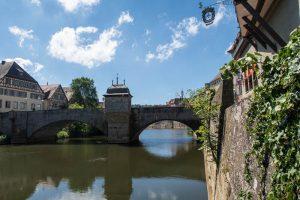 Fluss mit Steinbrücke in Hall