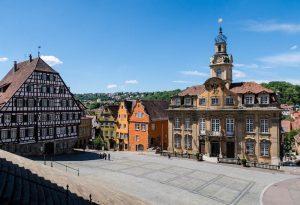Der Markplatz mit Rathaus und Barockgebäuden in Schwäbisch Hall