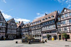 Schorndorfs Marktplatz umringt von Fachwerkhäusern