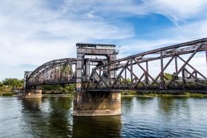 Brücke über den Fluss