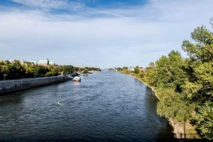 Elbe fließt durch Magdeburg