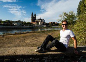 Ich sitzend auf Mauer vor Magdeburg
